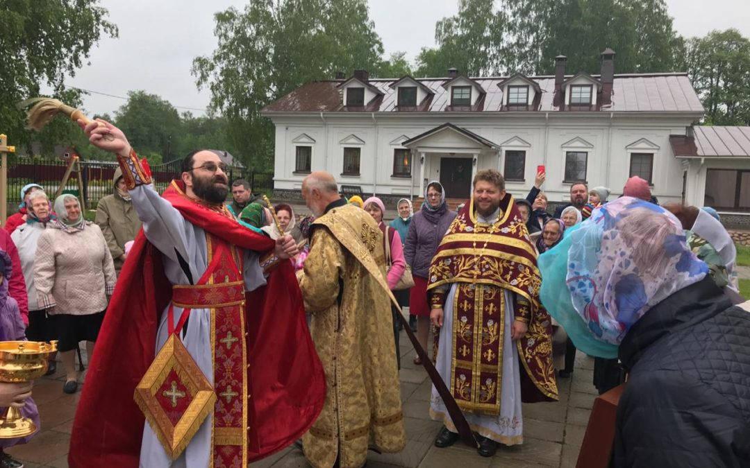 Настоятель петербургского подворья Коневской обители от лица  братии поздравил настоятеля храма в честь Собора новомучеников и исповедников Российских г. Приморска
