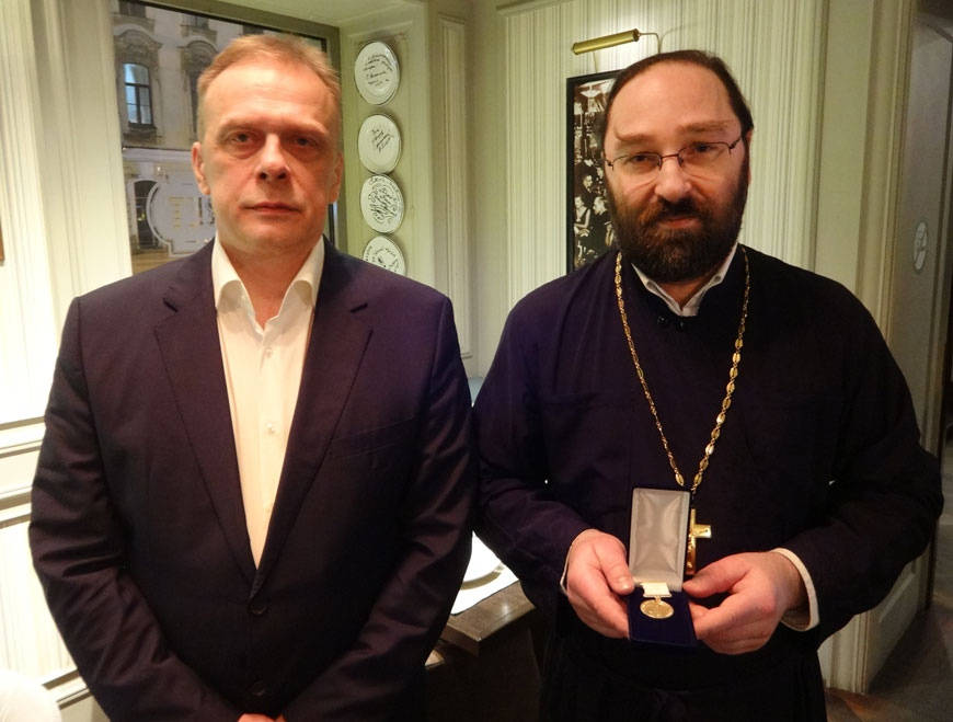 Кипрское отделение ИППО вручило медаль паломника настоятелю Коневского подворья