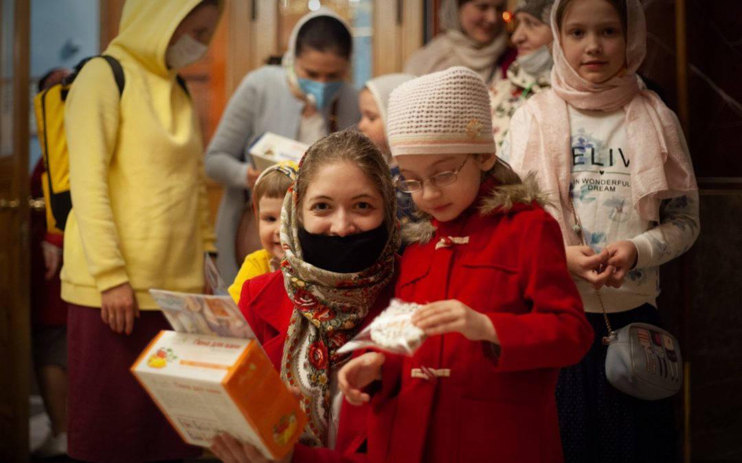 Вечером в день Святой Пасхи клирики петербургского подворья Коневской обители поздравили пасхальными подарками юных прихожан