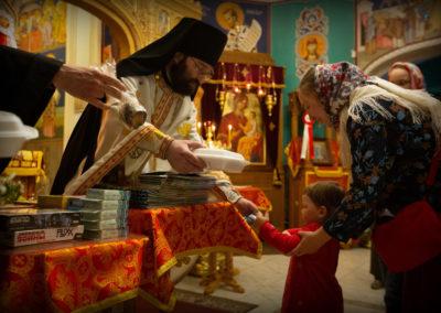 За Великой вечерней на петербургском подворье Коневской обители подарили подарки юным прихожанам