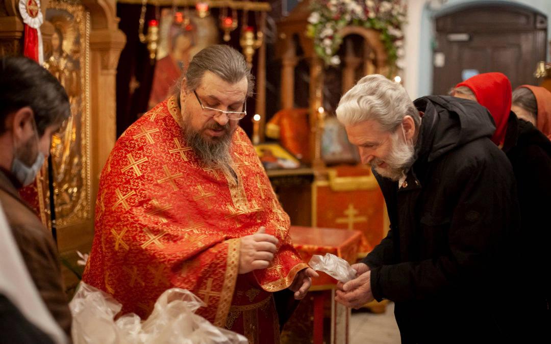 В субботу Светлой седмицы на петербургском подворье Коневского монастыря роздан верующим святой артос