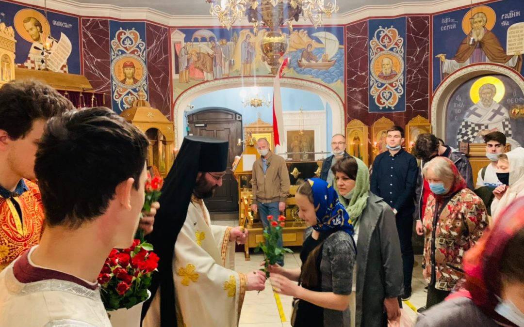 Алыми розами поздравила братия петербургского подворья Коневской обители прихожанок храма